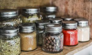 Πώς να μεγαλώσεις τα δικά σου μπαχαρικά και μυρωδικά στο σπίτι.